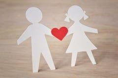 Silhouette de papier des enfants avec un coeur - amour d'enfance concentré Photo libre de droits