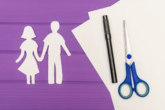 Silhouette de papier de l'homme et de la femme tenant des mains Images stock