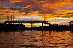 Silhouette de passerelle au coucher du soleil Photos libres de droits