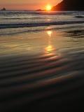Silhouette de phare de roche de Tillamook au coucher du soleil Photos stock