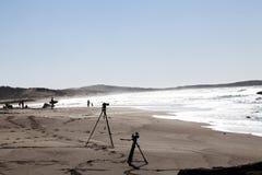Silhouette de photo et de caméras vidéo sur des trépieds à la plage avec l'océan photo libre de droits