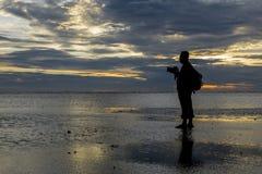 Silhouette de photographe à la plage pendant le coucher du soleil paradis de nature d'élément de conception de composition Photo libre de droits