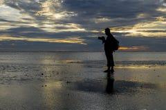 Silhouette de photographe à la plage pendant le coucher du soleil paradis de nature d'élément de conception de composition Photographie stock