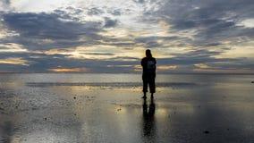 Silhouette de photographe à la plage pendant le coucher du soleil paradis de nature d'élément de conception de composition Photographie stock libre de droits