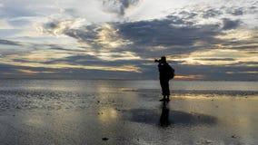 Silhouette de photographe à la plage pendant le coucher du soleil paradis de nature d'élément de conception de composition Images libres de droits