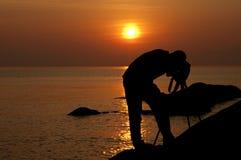 Silhouette de photographe avec un trépied Photos stock