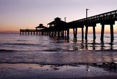 Silhouette de pilier de pêche au crépuscule Photo stock