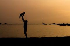 Silhouette de plage de père et de fils Images stock