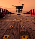 Silhouette de plate-forme d'installation dans l'huile et l'industrie du gaz Photos libres de droits