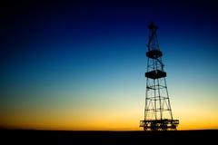 Silhouette de plate-forme pétrolière au-dessus de ciel bleu photo libre de droits
