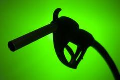 Silhouette de pompe à essence sur un fond vert Photos libres de droits