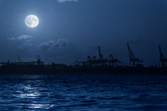 Silhouette de port la nuit Photographie stock