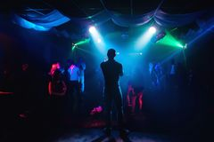 Silhouette de présentateur sur l'étape au concert dans la boîte de nuit images libres de droits