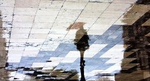 Silhouette de réflexion d'une femme avec le parapluie Photos libres de droits
