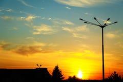 Silhouette de réverbère contre le contre-jour sur le fond de coucher du soleil Photographie stock