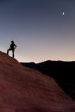 Silhouette de randonneur avec la lune Photographie stock libre de droits