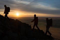 Silhouette de randonneurs image stock