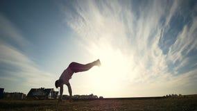 Silhouette de séance d'entraînement de l'homme dehors sur le coucher du soleil clips vidéos