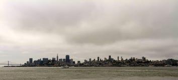 Silhouette de San Francisco sur l'horizon images stock