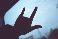 Silhouette de signe de main d'amour à la fenêtre de train, concep de voyage d'amour Image stock