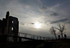 Silhouette de soirée de pont et ruines de forteresse d'Oponice, Slovaquie Image stock