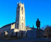 Silhouette de statue et Lit de cathédrale par début de la matinée Sun photographie stock libre de droits