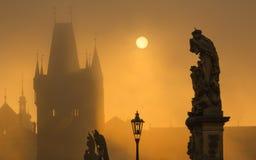Silhouette de statue sur le pont de Charles pendant le lever de soleil Images libres de droits