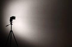 Silhouette de stroboscope sur un fond de mur neutre Photographie stock libre de droits