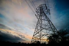 Silhouette de structure électrique à haute tension de poteau Image stock
