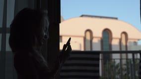 Silhouette de téléphone parlant de petite fille banque de vidéos