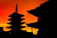 Silhouette de temple de Senso-JI de Japonais pendant le coucher du soleil Images stock