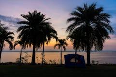 Silhouette de tente pour camper et nature tout près le réservoir Photographie stock libre de droits