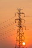 Silhouette de tour à haute tension. Image stock
