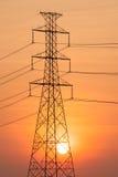 Silhouette de tour à haute tension. Photo stock