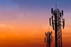Silhouette de tour de communication avec le ciel de crépuscule Photographie stock libre de droits
