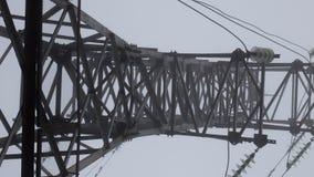 Silhouette de tour de transmission à l'arrière-plan profond de blanc de brume Photographie stock
