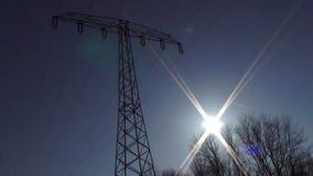 Silhouette de tour de l'électricité avec le tir statique de fusée du soleil clips vidéos