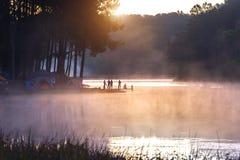 Silhouette de touriste appréciant chez Pang Ung dans le matin, Mae Hong Son en Thaïlande Photographie stock
