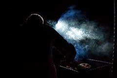 Silhouette de touriste faisant le feu de camp pendant la nuit foncée Photo libre de droits