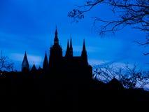 Silhouette de tours de château de Prague au temps de coucher du soleil photographie stock libre de droits
