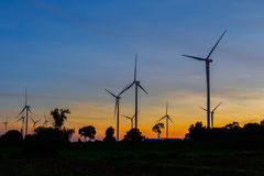 Silhouette de turbines de vent au coucher du soleil Photo stock
