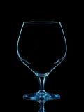 Silhouette de verre bleu de whiskey avec le chemin de coupure sur le fond noir Image libre de droits