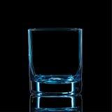 Silhouette de verre classique de boisson alcoolisée forte bleue avec le chemin de coupure sur le fond noir Photos stock