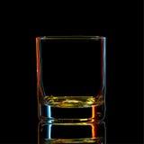 Silhouette de verre classique de boisson alcoolisée forte colorée avec le chemin de coupure sur le fond noir Photos stock