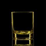 Silhouette de verre classique de boisson alcoolisée forte jaune avec le chemin de coupure sur le fond noir Image libre de droits