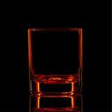 Silhouette de verre classique de boisson alcoolisée forte rouge sur le fond noir Images stock