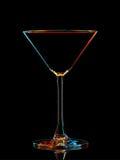 Silhouette de verre coloré de martini avec le chemin de coupure sur le fond noir Photos libres de droits