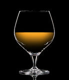 Silhouette de verre coloré de whiskey sur le noir Photos stock