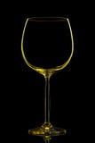 Silhouette de verre de vin jaune avec le chemin de coupure sur le fond noir Photos libres de droits