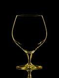 Silhouette de verre jaune de whiskey avec le chemin de coupure sur le fond noir Image stock